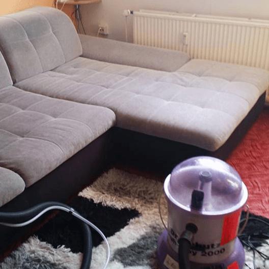 Ein modernes Sofa, gereinigt von Polsterreinigung Leipzig.